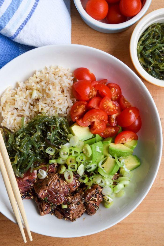 recette poke bowl healthy avec steak viande boeuf tranches de courgette de tomates cerises riz et algues
