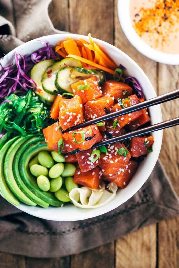 recette poke bowl saumon fèves vocat chou et carottes dans un bol idée repas de mide de soir érquilibré