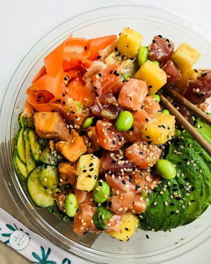 recette poke bowl saumon graines de sésame tranches d avocat mangue ceviche concombres fèves dans un bol
