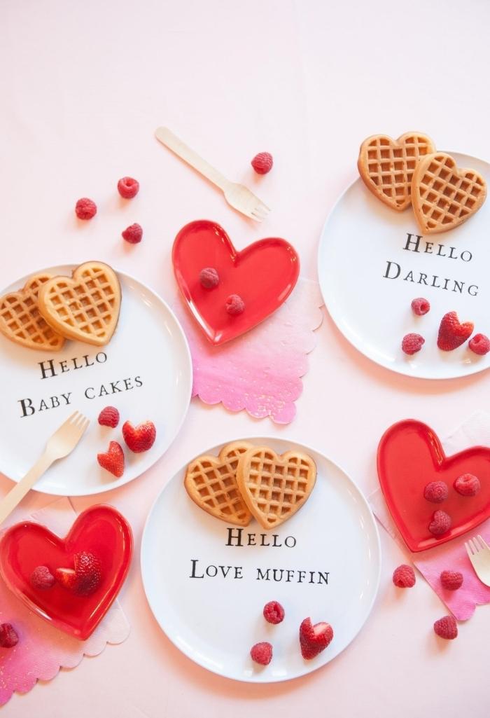 recette saint valentin gaufres miel assiette ronde coeur rouge idée petit déjeuner facile oeufs
