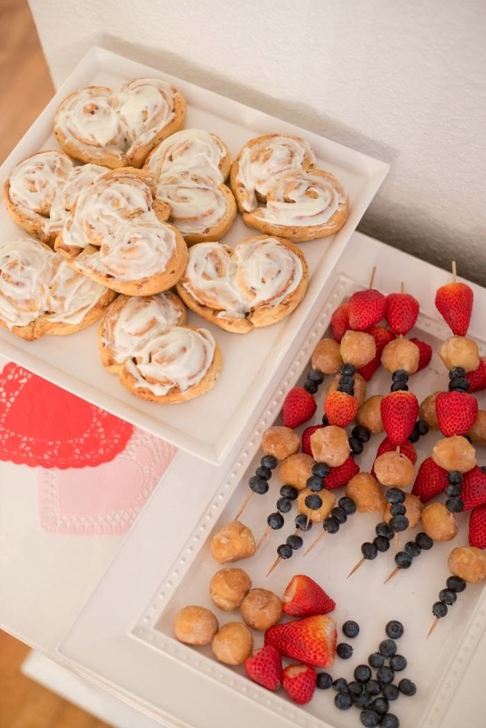 recette saint valentin pâte feuilleté brochettes fruits cerises myrtilles glaçage vanille simple