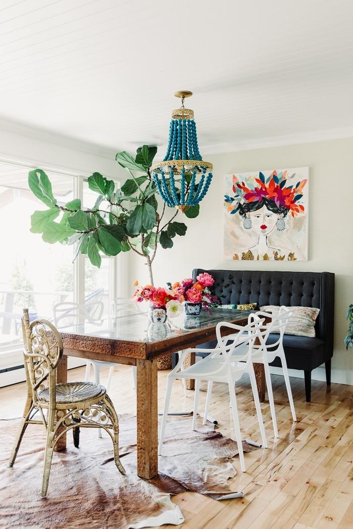 revêtement sol stratifié table bois brut foncé chaise de couleur blanche chandelier perles bois turquoise