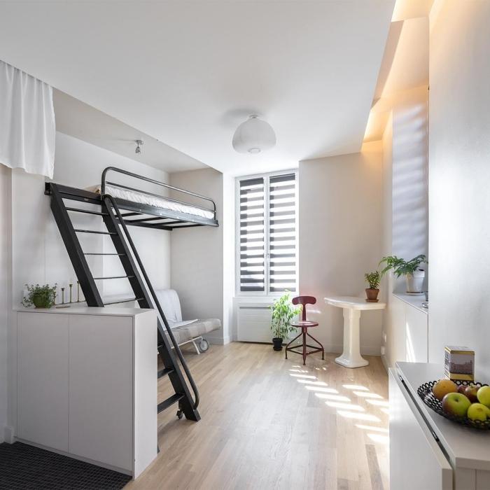 rideaux blancs stores plafond suspendu mezzanine metal lit suspendu canapé gris clair decor minimaliste