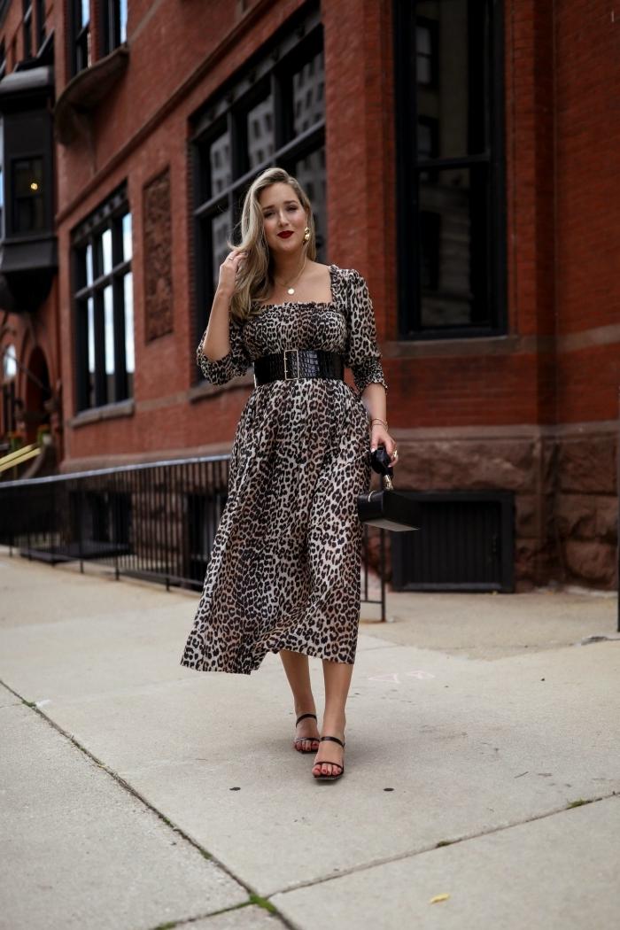robe d été longue fluide ceinture noire tenue chic femme sandales bijoux or accessoires