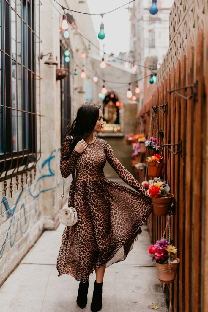 robe longue leopard motif manches longues bottes noires a talons sac bandoulière blanc