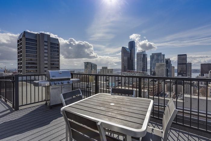 rooftop terrasse avec belle vue vers le cite table et chases d exterieur