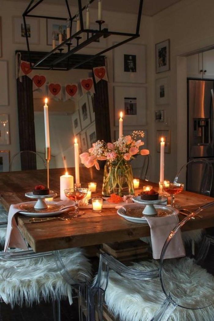saint valenitn 2021 comment décorer sa table des assiettes blanches sur une table en bois