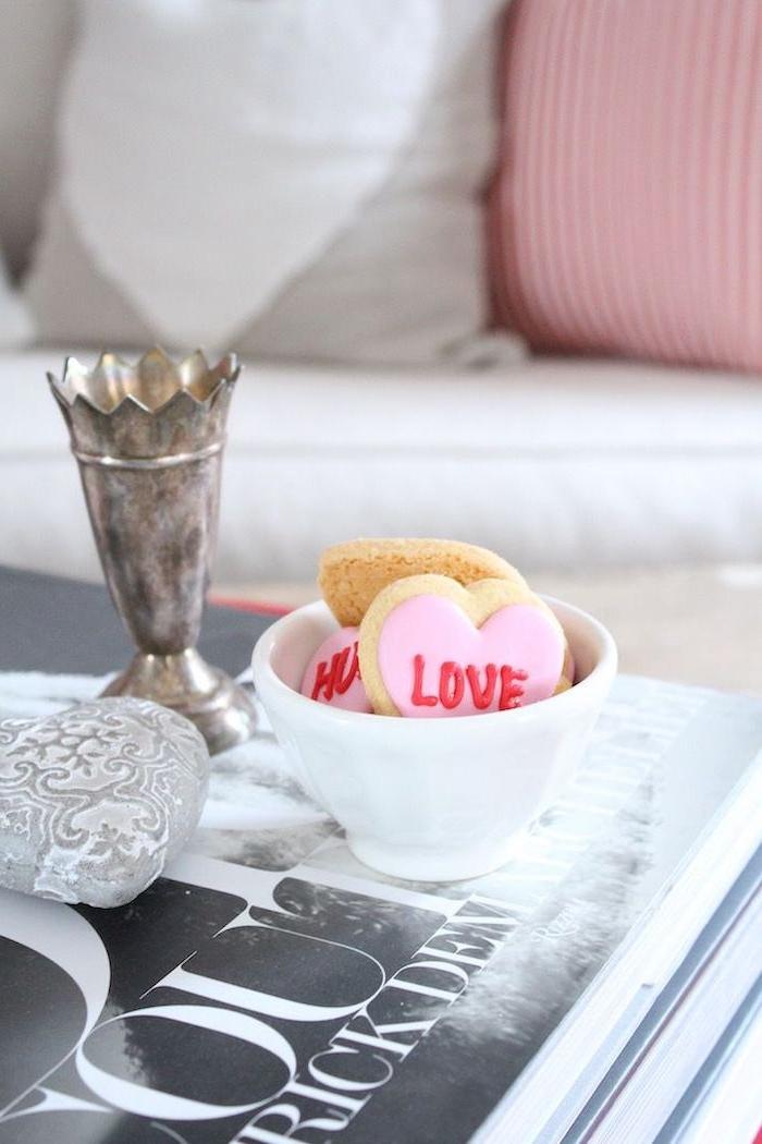 saint valentin 2021 un petit bol avec des biscuits en forme de coeur signe love