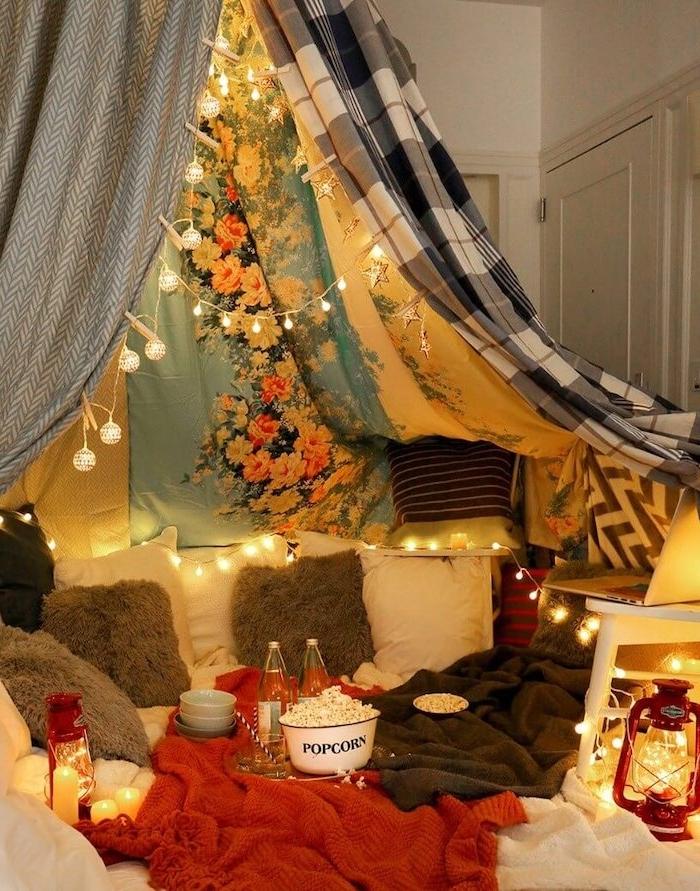 saint valentin célibataire a la maison avec des popcorns des lantenres et des laùpes dans une tente de linges