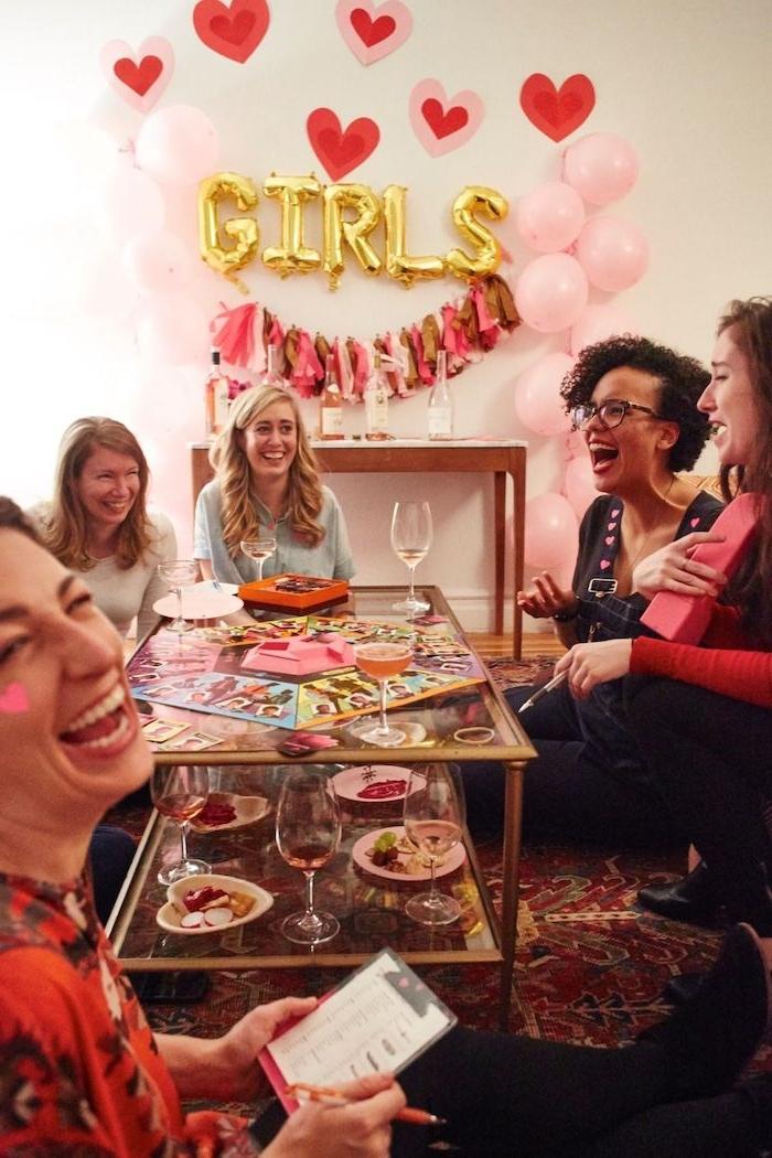 saint valentin celibataire femmes qui jouent un jeux de table et boivent du vin