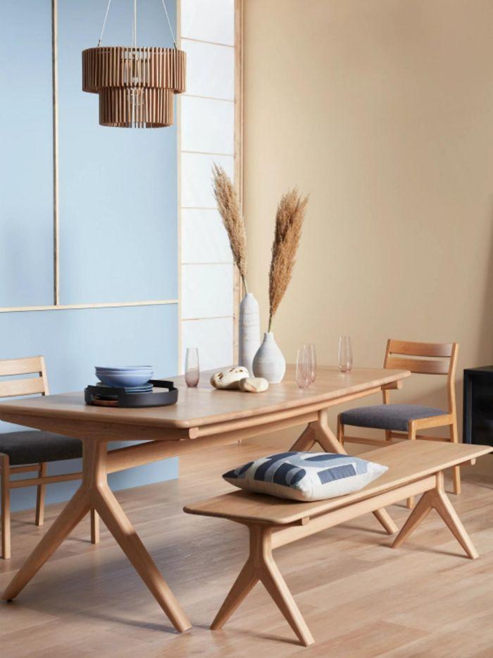 salle à manger contemporaine entre scandinave et japonais banc chaises et table de bois mur beige et mur bleu