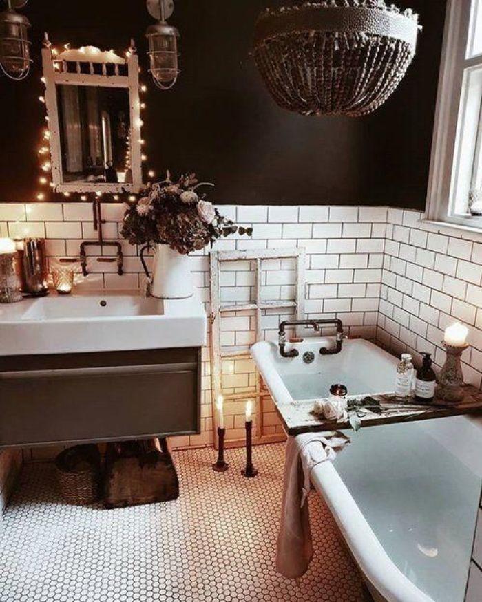 salle de bain industrielle ambiance cocooning carrelage blanc mur couleur noire baignoire vintage cosy miroir illuminé