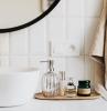 salle de bain moderne avec un lavabo doree et des prosuits de beauté sur un palteau