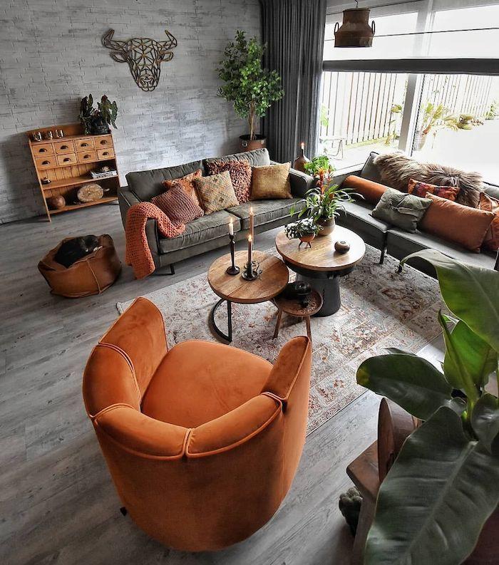 salon en gris avec des éléments en orange terreux et des plantes vertes couleur tendance déco 2021