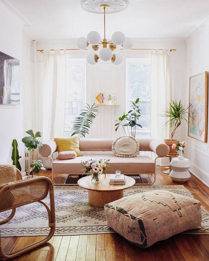 salon tendance 2021 des meubles en couleurs neutre et terreux des murs et drapes blancs et des plantes vertes
