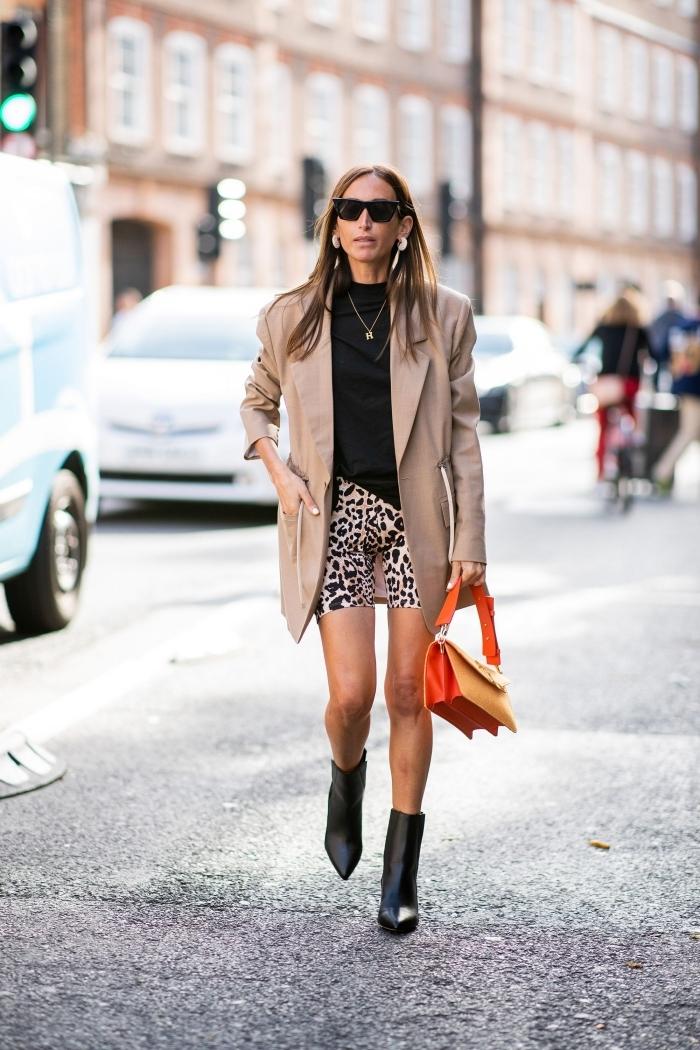 shorts leggins motifs animaliers léopard shorts blouse noire tenue stylée blazer long beige
