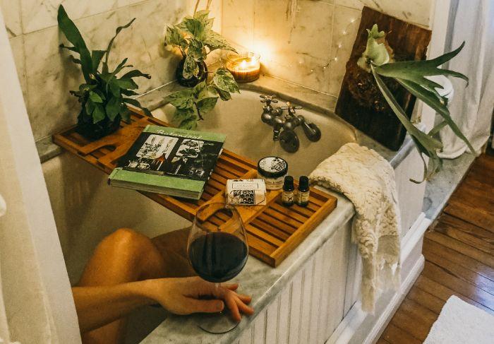 soirée cocooning ambiance spa salle de bain cosy avec des produits beauté spa bougies guirlande lumineuse livres plantes vertes