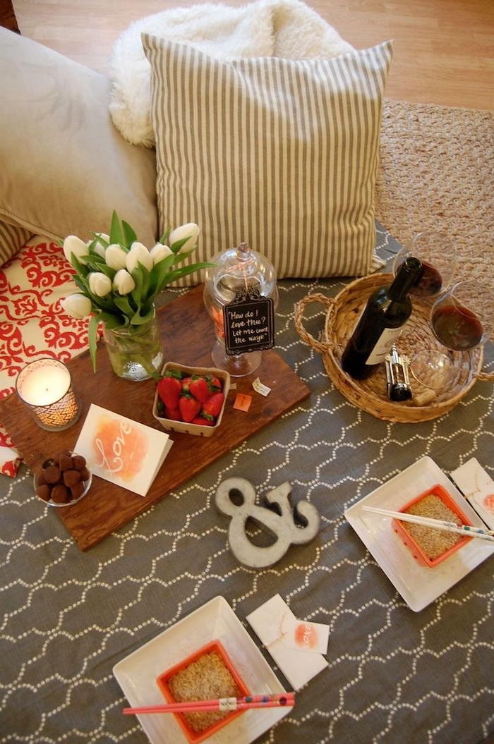 soirée st valentin 2021 une idée de pique nique dans la maison avec des fraises et de la cuisine chinois