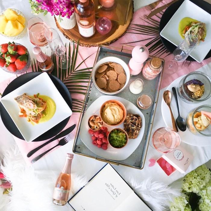 surprise saint valentin une table copieuse avec des fraises et de champagne