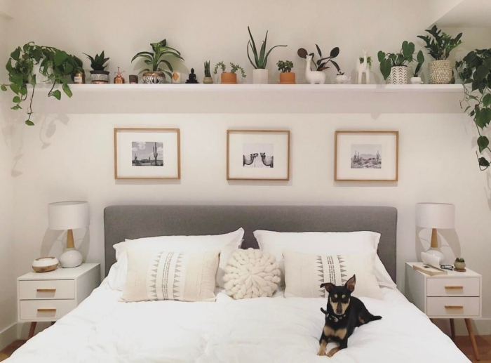 tête de lit tissu gris coussin rond meuble chevet blanc décoration murale chambre étagère avec plantes