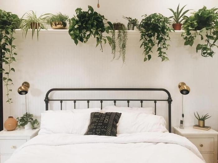 tête lit fer applique murale laiton décorer sa chambre style boho jungle avec plantes vertes étagère blanche