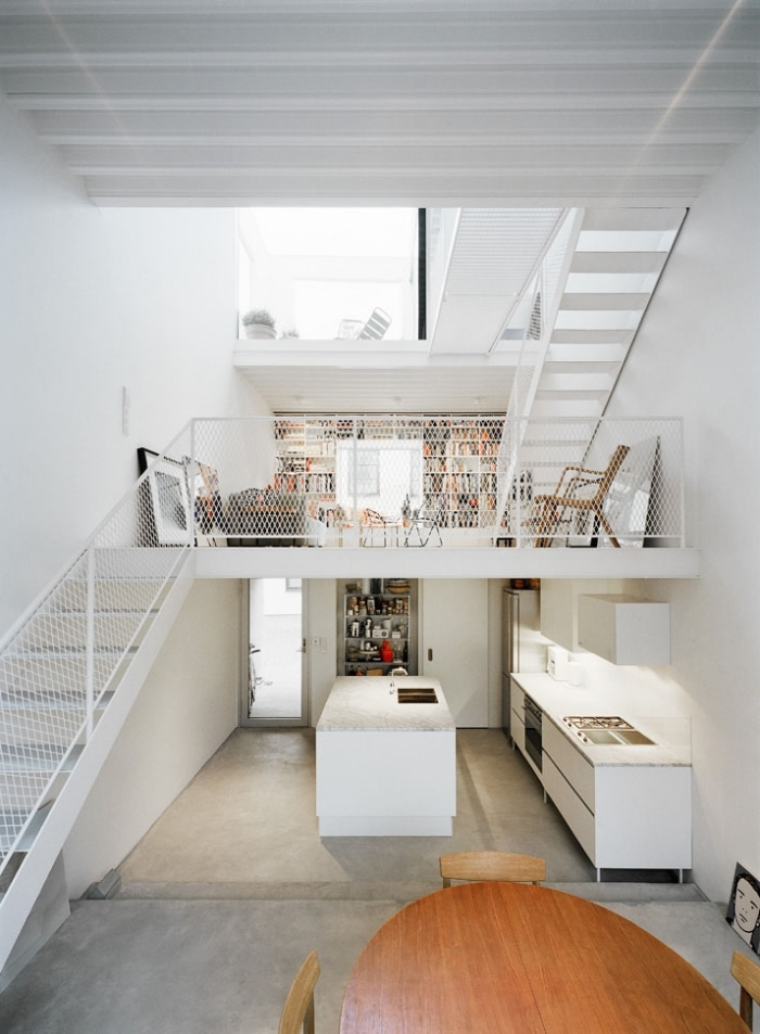 table à manger bois chaises revêtement sol béton escalier moderne blanc amenagement mezzanine
