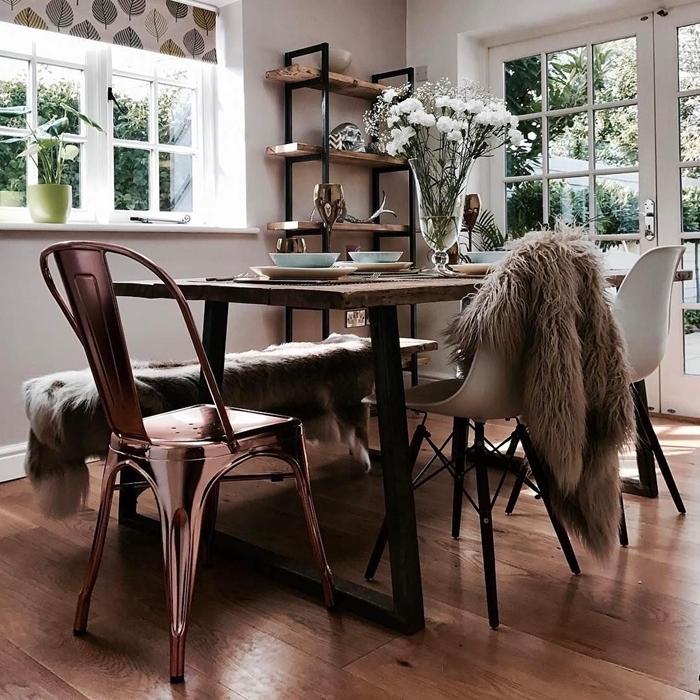 table manger bois brut foncé pieds métal chaises dépareillées finition métalisée housse fausse fourrure étagère bois fer