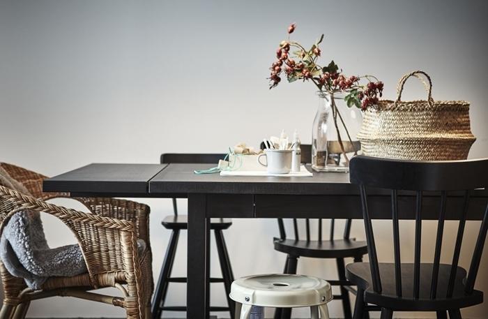 table manger bois noir déco avec chaises dépareillées salle à manger panier tressé chaise rotin vase verre
