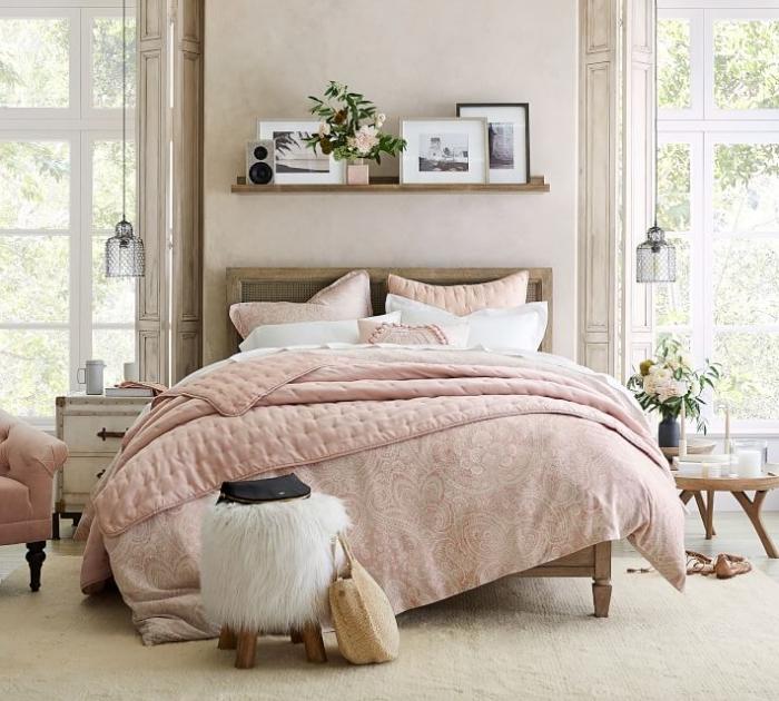 tabouret fausse fourrure blanche pieds bois idee deco murale étagère bois cadres photos meubles bois