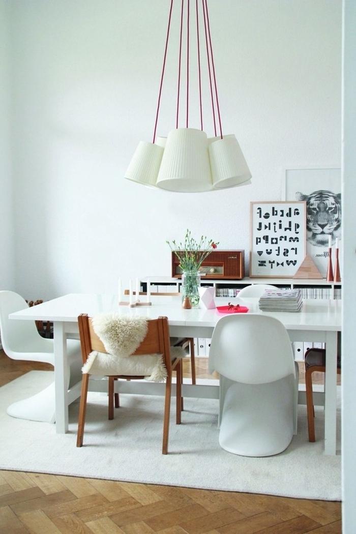 tapis blanc revêtement sol parquet bois meuble salle à manger cadre photo bois vase verre chaise bois