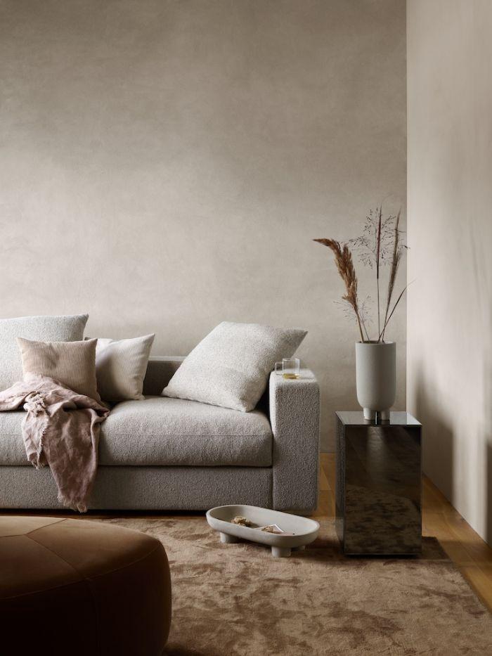 tapis marron moelleux canapé gris table de service metal gris tabouret marron murs gris fleurs de la pampa dans salon japonais japandi