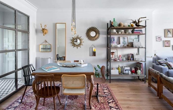 tapis motifs ethniques table bois et bleu pastel surface idée déco salle à manger blanche ouverte chaise noire