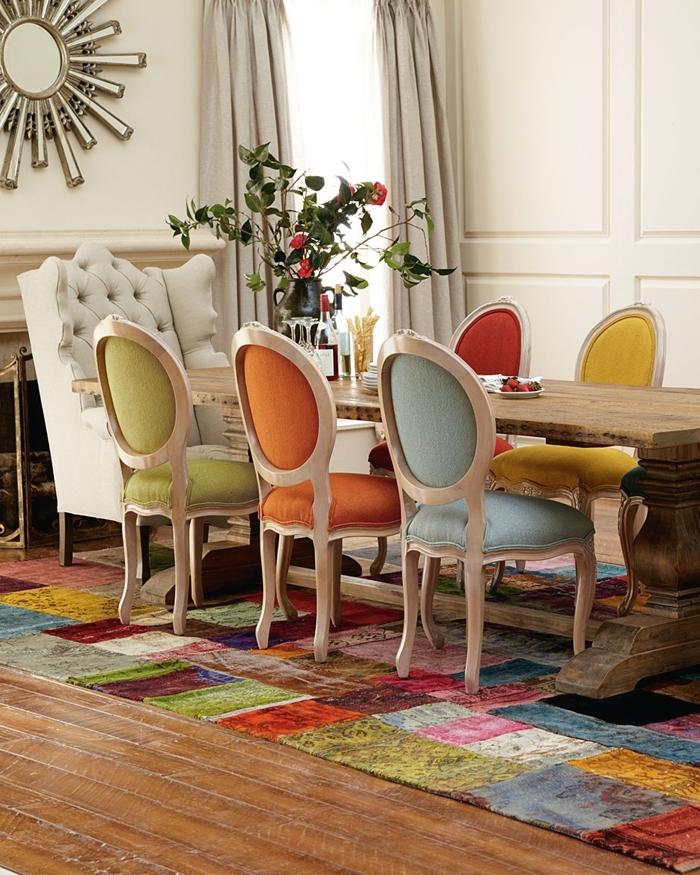 tapis multicolore carreaux table à manger bois brut déco avec chaise de couleurs différentes