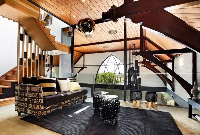 tapis noir canapé indusrtiel coussins décoratifs blanc et noir ezzanine bois plafond bois lampe suspendue métal