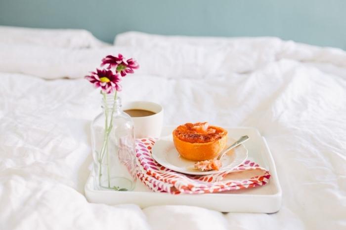 tasse café vase verre bouquets fleurs petit déjeuner image pamplemousse rôti avec miel