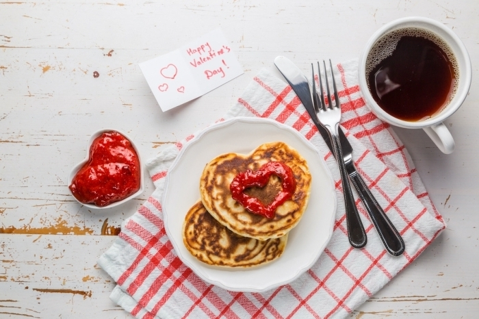 tasse de café chaud mot doux message amour saint valentin image de petit déjeuner crêpes