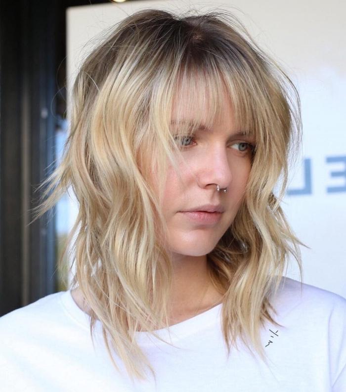 tendance 2021 coupe de cheveux femme 2021 coloration ombré racines foncées piercing nasal