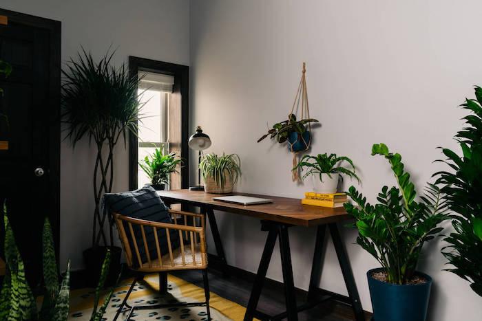 tendance déco 2021 un bureau de travail a domicile avec des grandes plantes vertes et une chaise en bambou