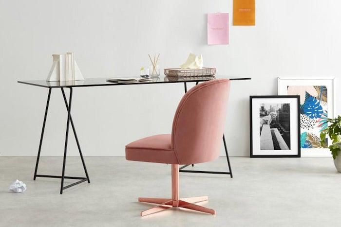 tendance déco 2021 un bureau de travail a domicile en style minimaliste avec une chaise en velours rose