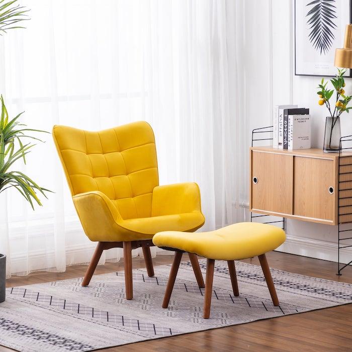 tendance déco 2021 une chaise et tabourette en tissu jaune pantone 2021 sur devant un fenetre derrière un drapeau blanc