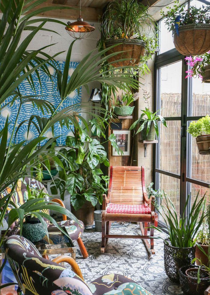 tendance deco 2021 salon abondance des plantes vertes et des tuiles a motifs une porte en verre