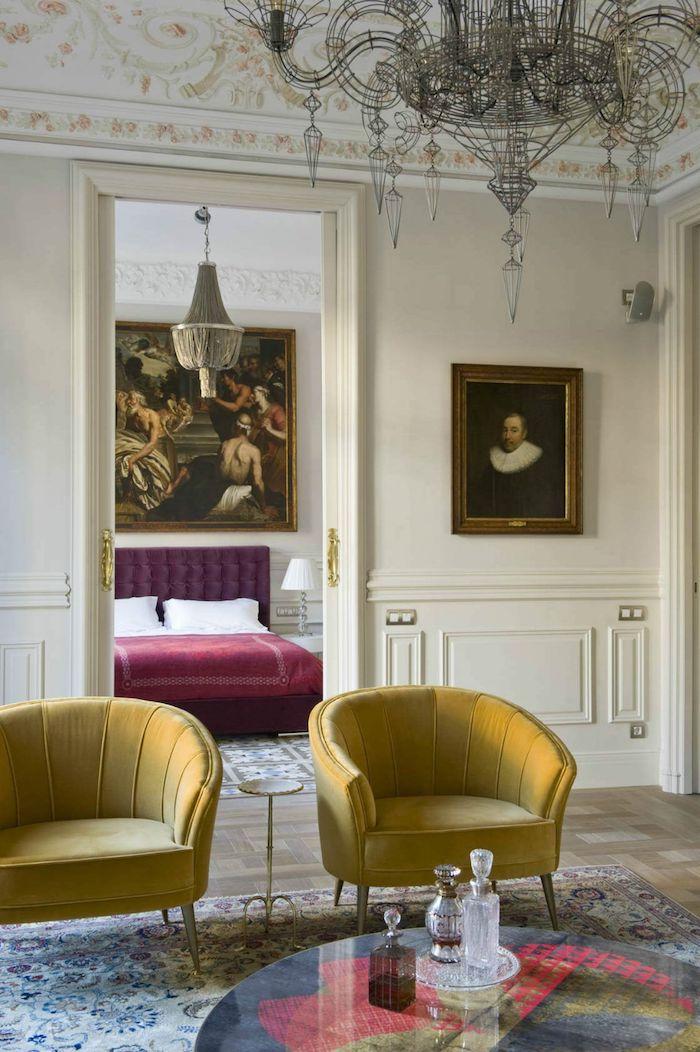 tendances couleurs 2021 deux fauteuils en jaune un lit au fond en style classiques 18 siècle