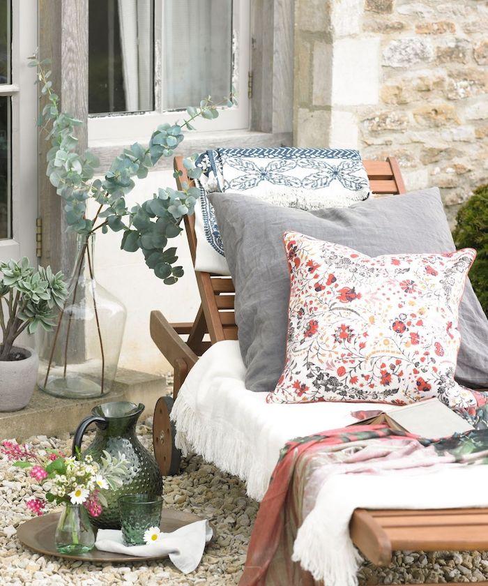 tendances couleurs 2021 tissus durables et naturelles et style rustique dans le cour qvec une vase a fleurs sur un plateau