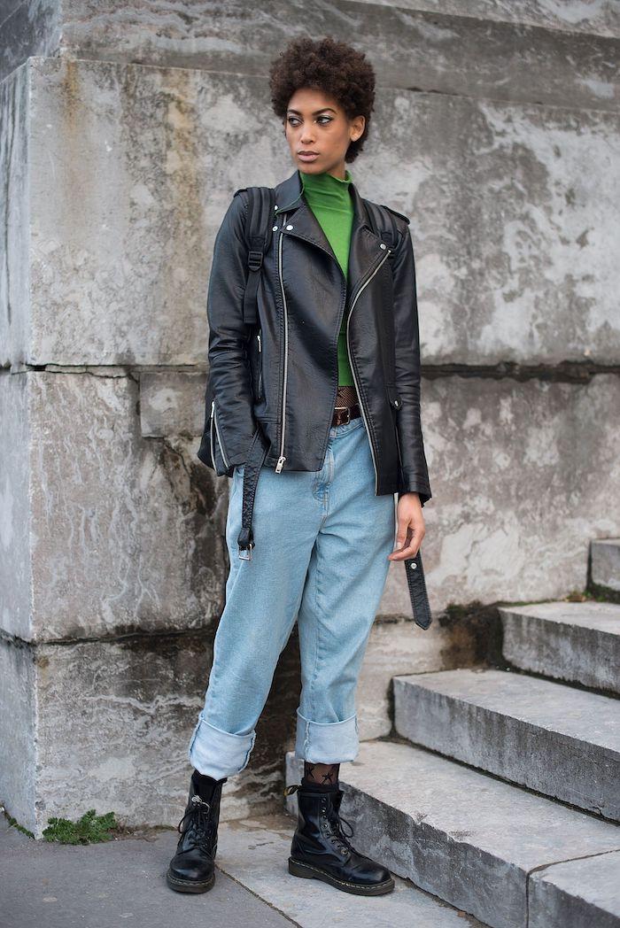 tenue avec doc martens un jean décontracté pull vete et une veste en cuir noi une femme aux cheveux courtes
