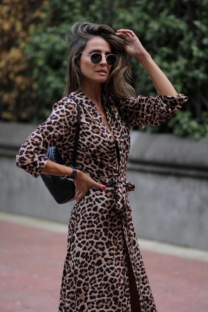 tenue chic femme lunettes de soleil rondes noires motifs animaliers tendance robe ceinture