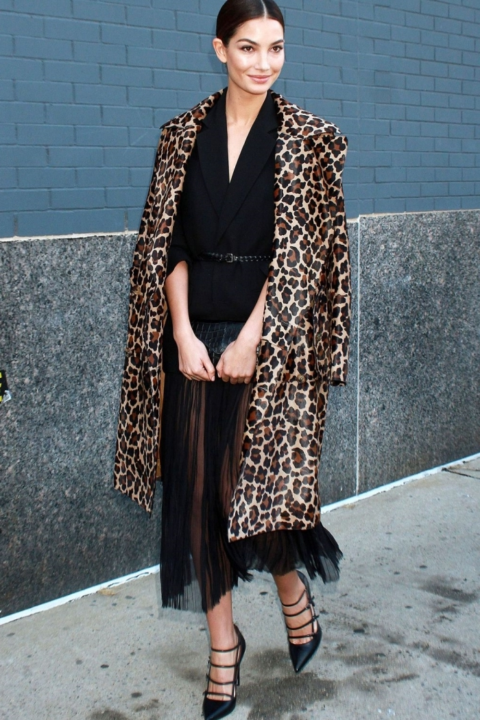 tenue chic femme manteau long motifs animaliers tendance léopard robe courte franges noires