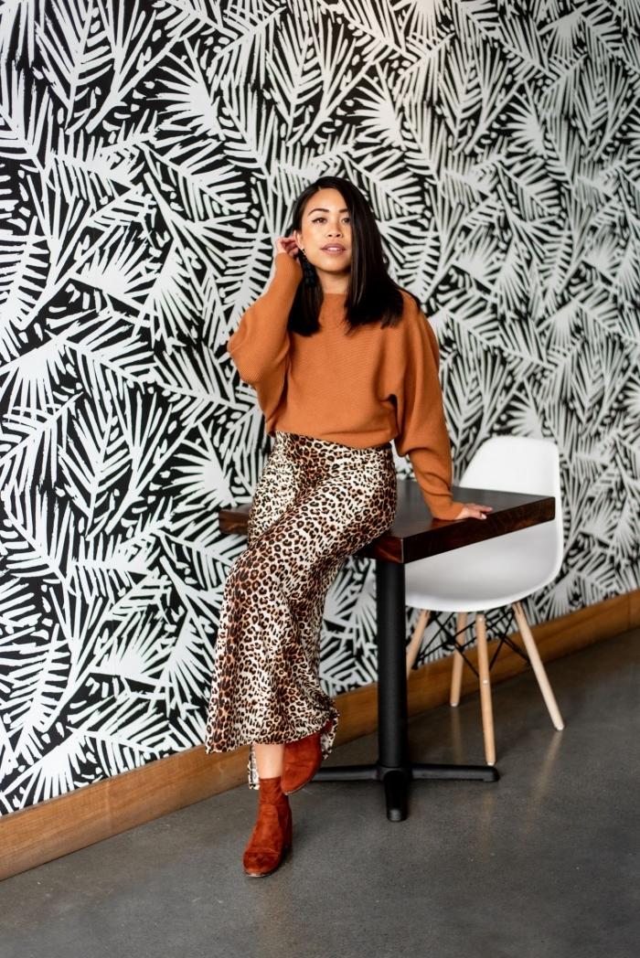 tenue classe femme blouse couleur camel manches longues jupe longue léopard bottes velours
