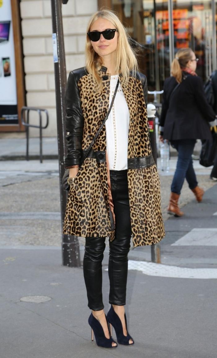 tenue leopard manteau long imprimé animaliers et noir pantalon cuir noir chaussures talons ouvertes