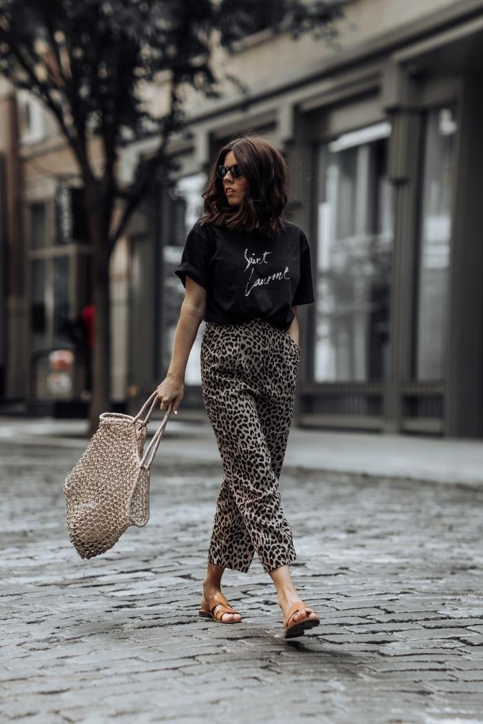 tenue tendance femme pantalon motifs animaliers léopard sandales camel t shirt noir
