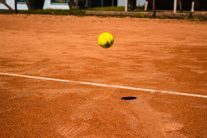 terrain terre battue pour jeu de tennis extérieur idée revetement extérieur sportif, choix sol sportif